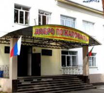 Мерами прокурорского реагирования на зданиях образовательных организаций установлены флаги Российской Федерации.