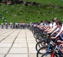 Карачаевск День пионерии отметил велопробегом «Эстафеты Памяти»