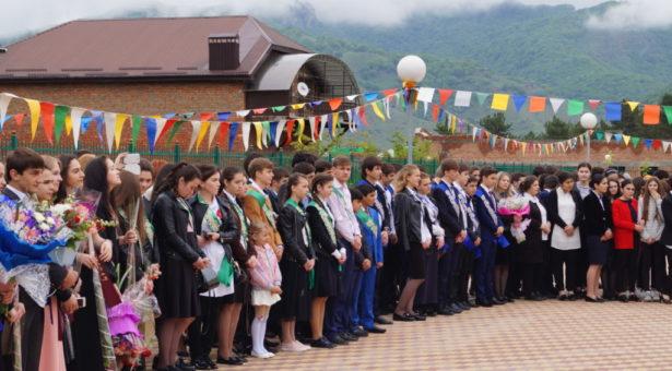 В школах Карачаевска прозвенел последний звонок!