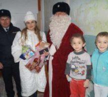 В Карачаевске «полицейский Дед Мороз » дарит подарки