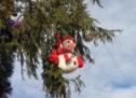 Главную ёлку Карачаевска украсили игрушками, сделанными руками юных горожан