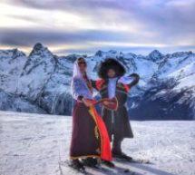 В Домбае туристам показали лезгинку на лыжах