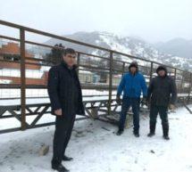 Мэр Карачаевского городского округа Алик Динаев посетил п. Мара-Аягъы, где ведется полная реконструкция пешеходного моста