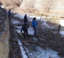 В поселке Мара-Аягъы прошел субботник по очистке русла реки Мара