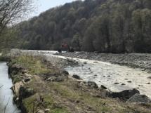 Силами Администрации КГО и МУП «Водоканал» полным ходом ведутся берегоукрепительные работы