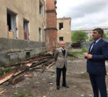 Мэр Карачаевска Алик Динаев посетил строящееся здание многофункционального центра.