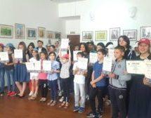 В детской художественной школе Карачаевска прошла торжественная линейка, на которой были вручены почетные грамоты и дипломы отличившимся учащимся