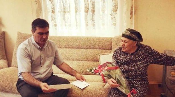 Мэр Карачаевского городского округа Алик Динаев поздравил жительницу пос. Мара-Аягъы Нурсият Айдинову с 90-летним юбилеем