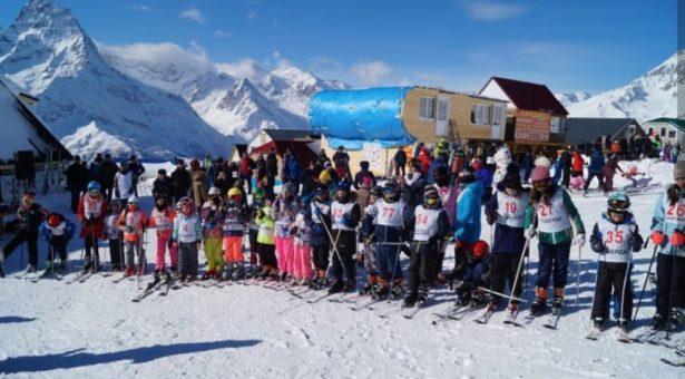 В поселке Домбай отпраздновали Всемирный день снега!