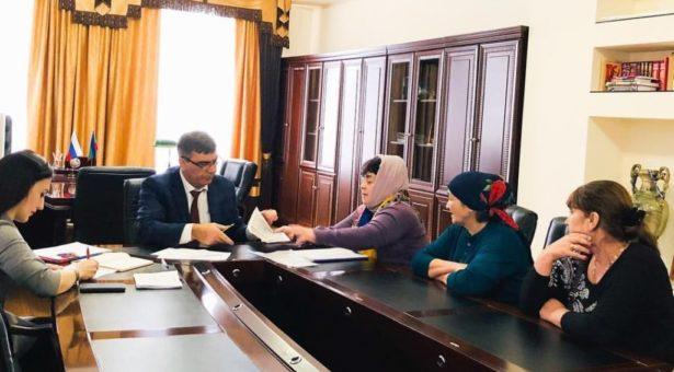 Мэр Карачаевского городского округа Алик Динаев провел прием граждан по личным вопросам
