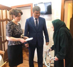 Мэр Карачаевского городского округа Алик Динаев поздравил с 95-летним юбилеем жительницу Карачаевска Байдымат Аджиеву