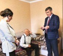 Мэр Карачаевского городского округа Алик Динаев поздравил юбиляра Однокозова Федора Емельяновича с 90-летием
