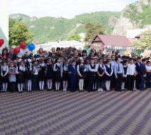 Для выпускников школ Карачаевского городского округа прозвенел последний звонок