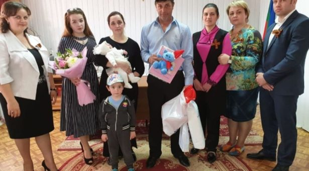 В Карачаевске прошло торжественное вручение свидетельства о рождении семье Дудовых, у которых родился десятый ребенок