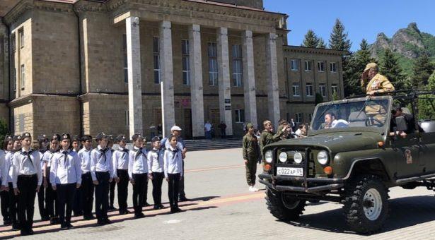 В Карачаевске прошел смотр строя и песни, посвященный Дню детских организаций России