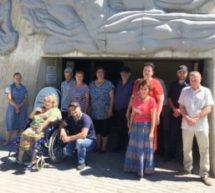 В рамках Акции «75 шагов к Победе» сотрудники Управления труда и социального развития АКГО организовали для маломобильных граждан экскурсию на памятник защитникам перевалов Кавказа