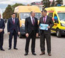 Глава Карачаево-Черкесии Рашид Темрезов вручил ключи от школьных автобусов и машин скорой помощи главам всех районов и городов Карачаево-Черкесии