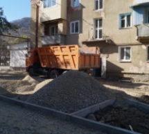 В Карачаевском городском округе идут работы по благоустройству дворовых территорий