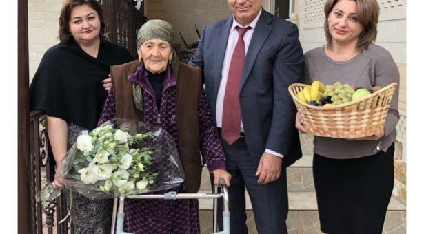 Мэр Карачаевского городского округа Алик Динаев в честь празднования Дня города поздравил  долгожителей, проживающих на территории округа