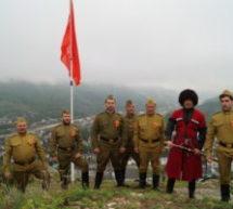 Над Карачаевском подняли огромную копию знамени Победы