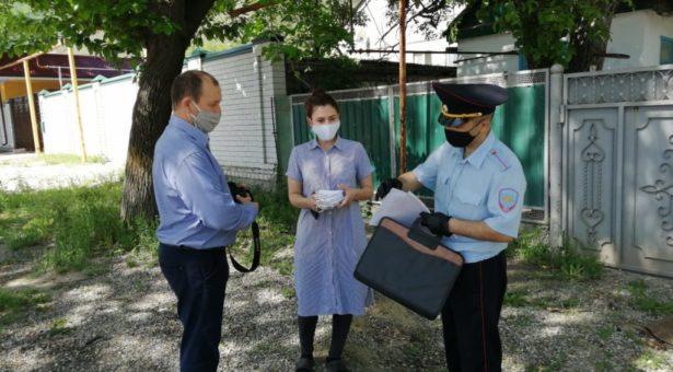В Карачаевске семьям действующих сотрудников полиции вручили многоразовые медицинские маски и обращение министра МВД КЧР
