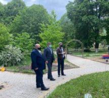 Алик Динаев проинспектировал ход работ по установке новой детской площадки в центральном парке Карачаевска