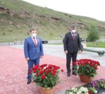 Праздничные мероприятия в Карачаевске начались с торжественной церемонии возложения цветов и венков!
