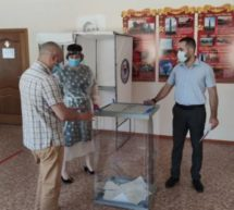 Член Общественной палаты Ханафий Хасанов побывал на избирательных участках Карачаевского городского округа, где  проинспектировал готовность участков к голосованию за изменения в Конституцию