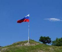 На скале с северо-западной стороны города торжественно подняли государственный флаг России
