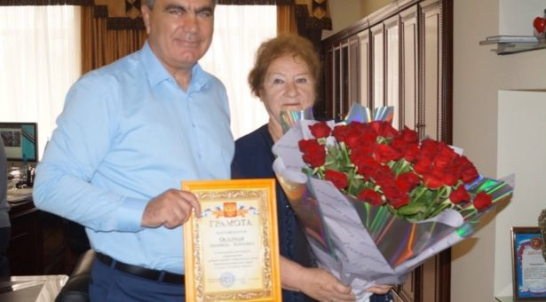 Алик Динаев поздравил с 70-летием заслуженного журналиста КЧР Людмилу Осадчую