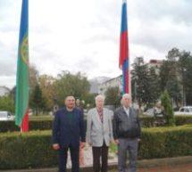 На центральной площади Карачаевска прошла акция по обновлению государственных флагов – Российской Федерации и Карачаево-Черкесской республики