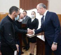Рашид Темрезов наградил инструкторов, спасших детей во время схода лавины в Домбае