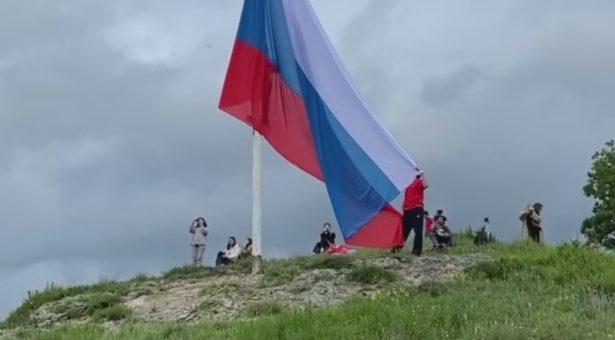 Над Карачаевском водружен обновленный флаг Российской Федерации